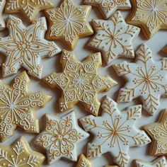 Gold and White snowflake iced cookies Cute Christmas Cookies, Christmas Biscuits, Holiday Cookies, Christmas Desserts, Christmas Treats, Christmas Baking, Snowflake Cookies, Star Cookies, Iced Cookies