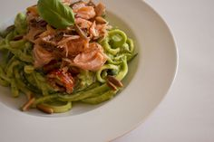LCHF fastfood: squashghetti med pesto og varmrøget laks
