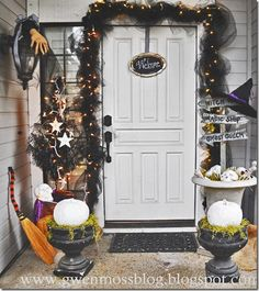 a black and white Halloween entrance Halloween Entryway, Halloween Porch, Halloween Decorations, Table Decorations, Halloween 2013, Cute Halloween, Fall Decor, Holiday Decor, Time Photo