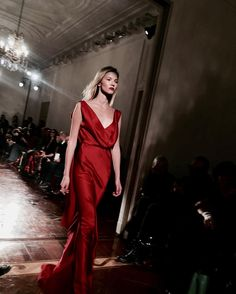 The right moment when I felt the strength and the power on her face. A beautiful woman wearing a beautiful dress @albertaferretti  #MMFW #albertaferretti