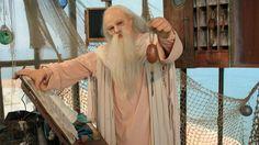 Le père Fouras était le gardien de la vigie.Il garde un œil sur la vie du fort et ses habitants et conçoit chaque hiver des nouvelles épreuves toujours plus surprenantes, pour les candidats qui viendront lui rendre visite durant l'été et pour tenter de récupérer son trésor. BT