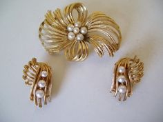 VINTAGE LISNER BRUSHED GOLDTONE & FAUX PEARL PIN & CLIP EARRINGS SET | eBay