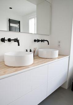 2 wastafels op een kast, zwarte kranen en radiator ook mooi!