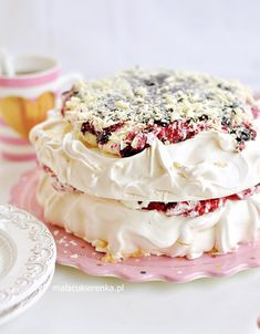Tort Bezowy z Czarną Porzeczką PAVLOVA Sweet Desserts, Delicious Desserts, Yummy Food, Vegetarian Main Meals, Pavlova Cake, Polish Recipes, Cake Cookies, No Bake Cake, Baked Goods