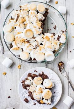 Smores Brownie Pie - making with GF brownies & Graham Crackers. No campfire? No problem! Fudgy brownies topped with toasted marshmallows & graham cracker crumbs. Best smores ever! Smores Brownies, Fudgy Brownies, Köstliche Desserts, Delicious Desserts, Dessert Recipes, Yummy Food, Summer Pie, Brownie Toppings, Food Porn