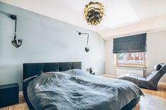 Lampy na wysięgnikach przy łóżku