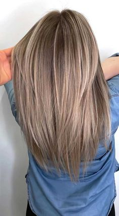 Best Hair Color Trends To Try In 2020 For A Change-Up Thinking about switching things up this year? It just might be the perfect time to try out a new shade for your hair. Blonde Hair Looks, Brown Blonde Hair, Brown Hair With Highlights, Light Brown Hair, Brunette Hair, Hair Color Highlights, Hair Color And Cut, Cool Hair Color, Hair Dye Colors