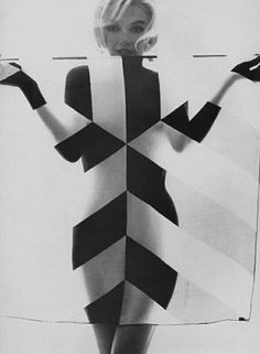 Marilyn Monroe photographed by Bert Stern in 1962 The use of this scarf makes it a fantastic photo.very op art! Marylin Monroe, Marilyn Monroe Photos, Bert Stern, Op Art, Divas, Portrait Studio, Mia Farrow, Candle In The Wind, Opposites Attract
