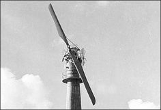 Vindmøllen på Kathøj. I 1942 byggedes betontårnet. Det blev forsynet med en 2-vinget mølle, der producerede jævnstrøm. For byggeriet stod Skandinavisk Aero Industri, og bag dette firma lå FLSmidth & Co A/S, der sammen med den danske flyproducent Kramme og Zeuthen (KZ-flyene) forsøgte sig med en stor industrivindmølle. Kristian Pælehøj i Bogø Tidende, 26.12.2007.