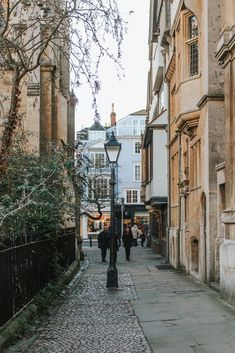 Oxford has a rich literary history and counts numerous influential writers amongst it's alumna. Come with me a walking tour of Oxford's literary history. This is a Literary Tour of Oxford: Tolkien, Lewis Caroll & More.