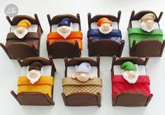 Docinhos de festa com personagens: 21 modelos imperdíveis! Fondant Cake Toppers, Cake Icing, Fondant Cakes, Cupcake Cakes, Rice Krispie Treats, Rice Krispies, Cupcakes Decorados, Snow White Birthday, Disney Princess Party