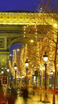 Christmas at the Arc de Triomphe in Paris • photo: kruhme on Flickr