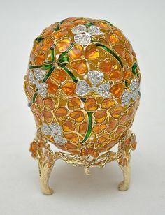 """Linda """"caixa"""" decorativa em metal dourado com esmaltes e aplicações em strass representando """"Ovo Fabergé"""".  #Leilão Online hoje 18/05/15.  Ao Vivo a partir das 19h."""