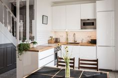 The home of Michelle and Nick Curran - The Design Files Family Kitchen, Kitchen Dining, Kitchen Splashback Tiles, Best Kitchen Lighting, Hamptons Kitchen, Handleless Kitchen, The Design Files, Design Blog, Cuisines Design