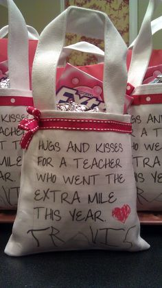 """and kisses for a teacher who went the extra mile"""" end of year. Could also use for parent appreciation! Two Silly Monkeys""""hugs and kisses for a teacher who went the extra mile"""" end of year. Could also use for parent appreciation! Two Silly Monkeys Teacher Treats, School Treats, School Gifts, Student Gifts, Easy Teacher Gifts, Teacher Tote, Student Teacher, Craft Gifts, Diy Gifts"""
