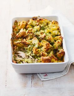 Who would say no to a comforting homemade pie? Using full-fat dairy provides a source of extra energy and vitamins in these chicken and leek pie recipe Chicken And Leek Recipes, Chicken And Leek Pie, Meat Recipes, Dinner Recipes, Cooking Recipes, Healthy Recipes, Leek And Potato Recipes, Chicken And Leek Casserole, Recipies