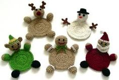 Crochet Christmas Coasters- no pattern- what a cute idea though! Crochet Round, Crochet Home, Crochet Crafts, Yarn Crafts, Crochet Projects, Diy Crafts, Crochet Kitchen, Hand Crochet, Crochet Ideas
