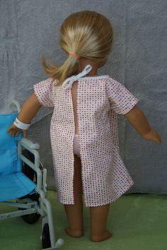 Free Doll Clothes Patterns: All Sizes Arts and Crafts for your American Girl Doll: Hospital Gown and wrist band for American Girl dollArts and Crafts for your American Girl Doll: Hospital Gown and wrist band for American Girl doll Doll Sewing Patterns, Doll Clothes Patterns, Clothing Patterns, American Girl Doll Hospital, American Doll Clothes, Ropa American Girl, American Girl Crafts, Sewing Doll Clothes, Baby Doll Clothes