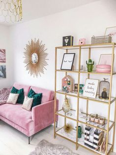 Minimalistischer Wohnkultur mit rosa und türkisfarbenen Farben, rosa Couch, tau… Minimalist home decor with pink and turquoise colors, pink couch, millennial – Home Office Design, Home Office Decor, Pink Office Decor, Office Ideas, Pink Gold Office, Office Designs, Cozy Home Office, Office Inspo, Home Goods Decor