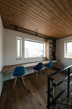 こちらは壁と窓に向かってつくられたワークスペース。3人でもゆったり座れる広々としたカウンターは、右端に本棚も造作し、家族みんなで使うことができる|今どきの2階ホール活用術!書斎&ワークスペース Home Office Design, House Design, Study Space, Garden Office, Desk Setup, Cool Rooms, Building A House, Flooring, Interior