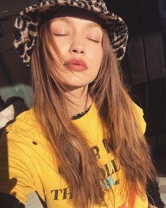 how to take a good selfie: Gigi Hadid Estilo Gigi Hadid, Gigi Hadid Style, Hadid Instagram, Instagram Models, Instagram Gigi, Gigi Hadid Maybelline, Beauty Routine Weekly, Denim Jacke, Perfect Selfie