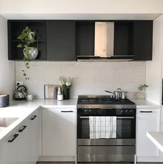 11 types of white kitchen splashback tiles: Add interest with shape over colour. White penny round kitchen splashback with grey grout Kitchen Backsplash Designs, Diy Kitchen Decor, Diy Kitchen Remodel, Kitchen Remodel, Kitchen Splashback Tiles, White Modern Kitchen, Grey Kitchen Colors, Kitchen Style, White Kitchen Splashback
