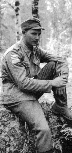 Tammisuon taisteluissa 3. Prikaatin riveissä kunnostautunut korpraali J. Rytöniemi. Hänen oikeassa hihassaan on panssarintuhoojamerkki ja sen yläpuolella lisäviivat kertomassa Rytöniemen viikon aikana tuhoamista 11 vihollisvaunusta. Ansioistaan Rytöniemi palkittiin Mannerheim-ristillä vuoden 1944 joulukuussa. Mr Knight, Winter, Knights, Soldiers, Ww2, Finland, War, Winter Time, Knight