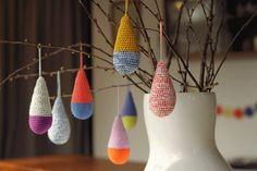 YARNFREAK: DIY: Hæklede dråber til dine grene crochet pear drop baubles Crochet Winter, Crochet Home, Crochet Motif, Crochet Yarn, Crochet Garland, Drops Patterns, Crochet Decoration, Yarn Inspiration, Pom Poms