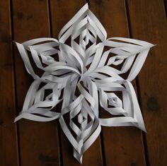 Der Stern als Weihnachtsdeko mit sechs Einschnitten The star as Christmas decoration with six incisi Christmas Crafts For Kids To Make, Simple Christmas, Winter Christmas, Holiday Crafts, Holiday Fun, Christmas Paper, Cute Crafts, Diy And Crafts, Paper Crafts
