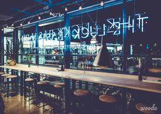 The Lucky Bastard -ravintolan neon-loiste ja koivupuiset baaripöydät futuristisessa harmoniassa. Ravintolan tunnelman luojina toimivat suunnittelijat Anni Taimisto, Lena Brockmueller ja Maria Fleege.
