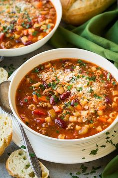 Pasta fagioli soup is like a mashup of pasta with tomato sauce, minestrone soup, and Italian sausage soup. It has the best of both the pasta and soup worlds. Olive Garden Pasta, Olive Garden Soups, Olive Garden Recipes, Olive Garden Minestrone Soup, Easy Soup Recipes, Dinner Recipes, Cooking Recipes, Healthy Recipes, Simple Recipes
