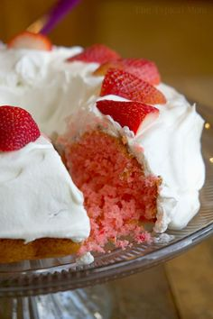 This 2 ingredient strawberry cake is amazing and easy! It's egg free and moist, plus it's lower in calories but you won't miss a thing in this soda pop cake Low Calorie Desserts, Low Calorie Recipes, Healthy Desserts, Easy Desserts, Delicious Desserts, Dessert Recipes, Healthy Recipes, Dessert Ideas, Baking Recipes