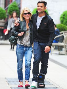 Star Tracks: Thursday, May 15, 2014 | REST EASY | Kelly Ripa lends hubby Mark Consuelos, who sports a foot cast, a shoulder to lean on while the pair take a (slow) stroll in New York City's SoHo neighborhood on Wednesday.