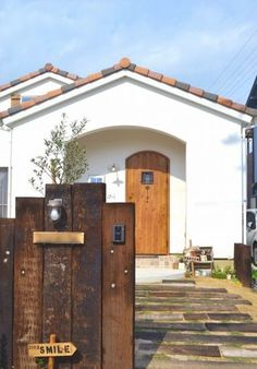 『かわいい家photo』では、かわいい家づくりの参考になる☆ナチュラル、フレンチ、カフェ風なおうちの実例写真を紹介しています。 Japan Modern House, Sheep House, Small House Exteriors, Indochine, Small House Design, Facade House, Architect Design, Minimalist Home, Entrance