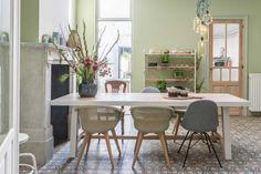 Wat als je al je spaarcentjes in de renovatie van je nieuwe woning hebt gestoken en het dringend tijd wordt om Hotel Mama te verlaten? Dan is het vtwonen-team de reddende engel. #frissestart #vtwonen Dining Area, Dining Table, Office Desk, Modern, Inspiration, Furniture, Home Decor, Workshop, Mood