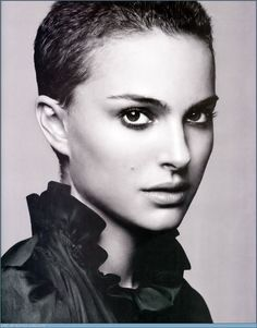 Seriously- how many women can pull off a shaved head? Natalie Portman face is ridic! Short Pixie, Short Hair Cuts, Short Hair Styles, Pixie Hairstyles, Summer Hairstyles, Pixie Haircuts, Nathalie Portman, Really Short Hair, Lovely Eyes