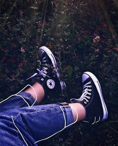 Converse Shoes High Top, Skirt And Sneakers, Girls Sneakers, Girls Shoes, Art Hoe Aesthetic, Aesthetic Shoes, Aesthetic Grunge, Foto Fashion, Colored Highlights