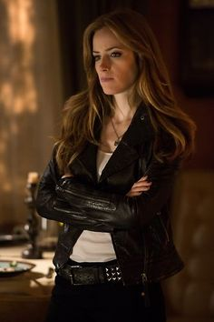 Love her hair Grimm Tv Series, Grimm Tv Show, Dead Body Photos, Grimm Stories, Character Inspiration, Hair Inspiration, People News, Stana Katic, Her Hair