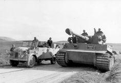 """Januar 1943 Nordafrika, Tunesien.- PKW mit Soldaten und Offizieren auf Straße neben Panzer VI """"Tiger I""""; PK XI Fliegerkorps"""