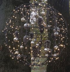 Schöne und originelle Weihnachtsdekoration für draußen - Різдво і Новий рік - Weihnachten Christmas Makes, Noel Christmas, Rustic Christmas, Winter Christmas, Christmas Lights, Christmas Ornaments, Outside Christmas Decorations, Christmas Hanging Baskets, Theme Noel