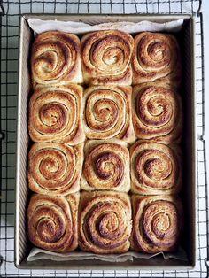 Nydelige, saftige sitronboller fylt med sitron og toppet med en sitronglasur. En bolle du sent vil glemme!  Bollene er eltefrie - har du ikke bakt eltefritt enda kan det anbefales. En enkel og fleksible teknikk med fantastisk resultat. Bakery, Bread, Dessert, Mat, Food, Blogging, Breads, Postres, Bakery Business