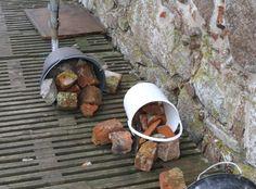 Stenbrokker til reparation af murværket.