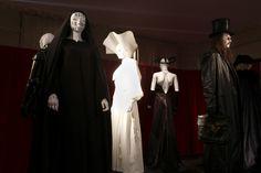 La scénographie -conçue par le musée des Tissus et réalisée par les équipes techniques de l'Opéra- s'organise autour de thématiques phares des costumes de scène aux coulisses : les figures de l'autorité (Theseus et Hippolyta, Arkel…), les héros et héroïnes (Pelléas et Mélisande, Roméo et Juliette, Cendrillon et le Prince…), les femmes fatales (Carmen, Médée, Lulu…), l'ailleurs (Lady Sarashina, Trois Soeurs, Mazeppa), le fantastique (La Dame de Pique, Sancta Susanna, Atvakhabar Rhapsodies…)…