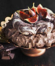 Chocolate Dream - Meringue cake with fresh figs/Maitosuklaamoussella täytetty marenkikakku Meringue Cake, Tasty Chocolate Cake, Chocolate Dreams, Fresh Figs, I Want To Eat, No Bake Desserts, I Love Food, Cake Pops, Cupcake Cakes
