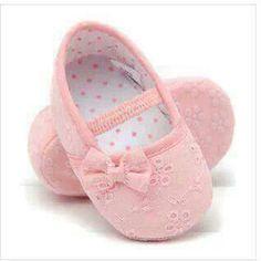 El día de hoy te quiero compartir una galería muy linda donde te muestro muchas ideas de diseños y tipos de zapatitos ideales para bebes niñas, ya sabes que es muy difícil saber que comprarle a las niñas cuando están bebes muchos padres caen en el error de traerlos descalzos que porque dejan muy pronto los zapatos. Cute Baby Shoes, Baby Girl Shoes, Girls Shoes, Baby Shoes Pattern, Shoe Pattern, Cute Baby Shower Gifts, Baby Gifts, Toddler Girl Dresses, Toddler Shoes