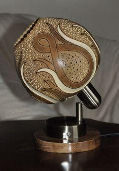 lampa z tykwy, tykwa, tykwy, fotografia Creative Lamps, Creative Art, Wood Carving Art, Wood Art, Decorative Gourds, Pyrography Patterns, Gourd Lamp, Vases, Newspaper Basket