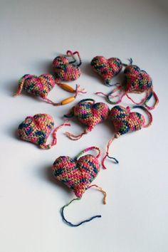 Srdiečko – pestrofarebné - srdiečko uhačkované z bavlny a vyplnené dutým vláknom. Ozdobené dreveným korálikom.  Vhodné ako dekorácia na zavesenie. Band, Accessories, I Want You, Sash, Bands, Jewelry Accessories