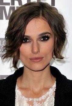 coupe courte femme visage carré avec frange ondulée sur le côté