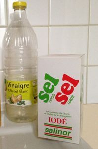 natural weed killer: five liters of water, one kilo of iodized salt, two hundred ml of white vinegar.