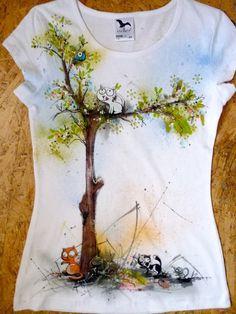 Dress Painting, T Shirt Painting, Fabric Painting, Fabric Art, Diy Painting, Tshirt Painting Ideas, Altered T Shirts, Paint Shirts, Hand Painted Fabric